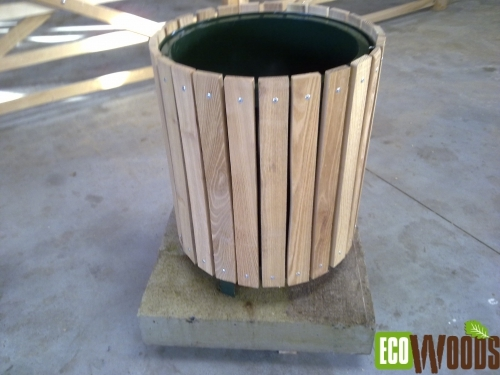Afvalbak rond op betonvoet